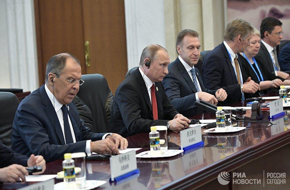 Президент РФ Владимир Путин во время встречи с премьером Государственного совета КНР Ли Кэцяном в Доме народных собраний в Пекине. 14 мая 2017