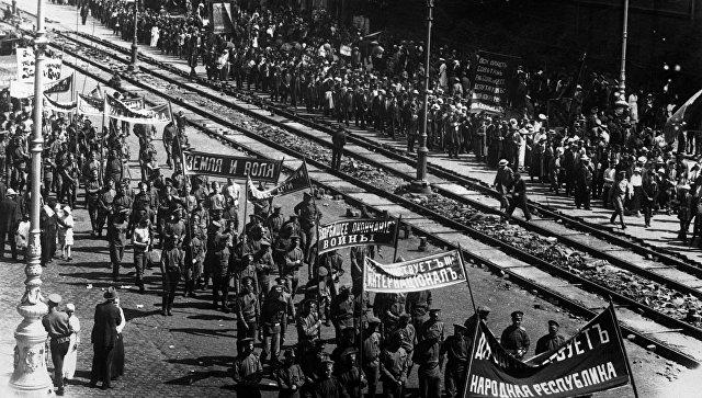 Демонстрация рабочих и солдат под большевистскими лозунгами. Петроград, 18 июня 1917 года