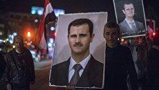 Жители Дамаска с фотографиями президента Сирии Башара Асада