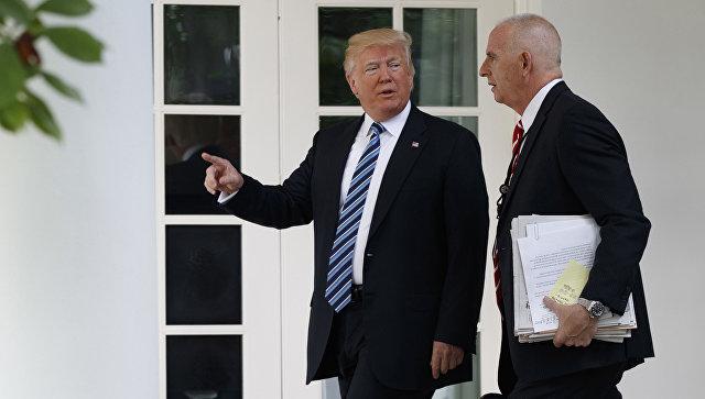 Президент США Дональд Трампа и его телохранитель Кит Шиллер с документами, на которых можно разглядеть номер телефона министра обороны США Джеймса Мэттиса