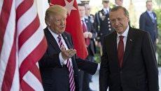 Президент США Дональд Трамп приветствует президента Турции Реджепа Тайипа Эрдогана в Вашингтоне. 16 мая 2017 года