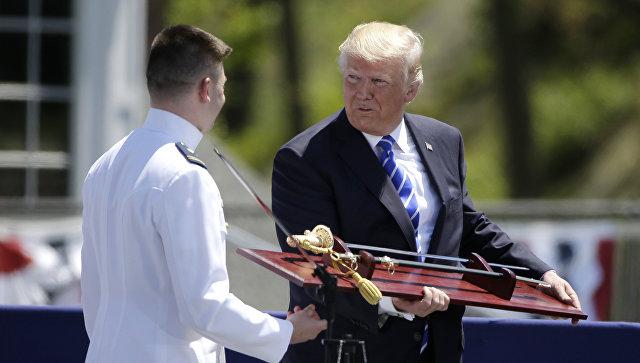 Келли предложил Трампу отбиваться отСМИ наградной саблей