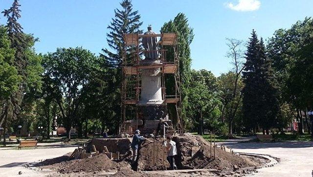 ВЧернигове памятник Хмельницкому развернут спиной кМоскве