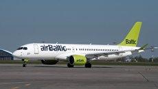 Самолет Bombardier CS300 латвийской авиакомпании airBaltic в аэропорту Шереметьево. Архивное фото