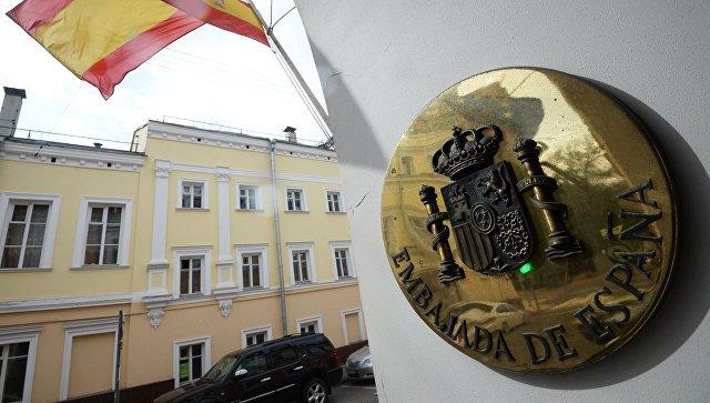 Москвичи продолжают нести цветы кпосольству Испании