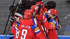Игроки сборной России радуются заброшенной шайбе в матче 1/4 финала чемпионата мира по хоккею 2017