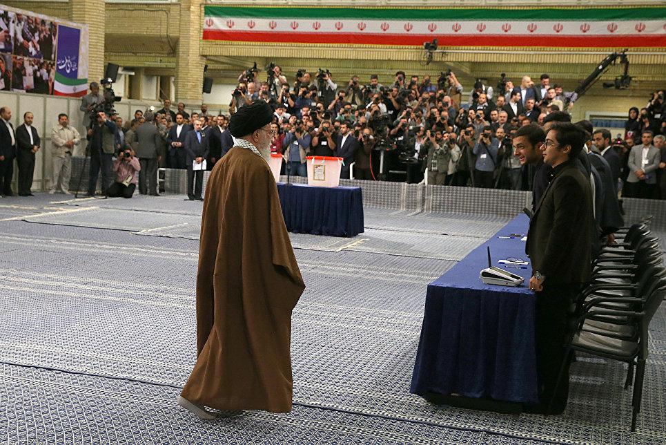 Иранский религиозный и государственный деятель Али Хаменеи на избирательном участке в Тегеране