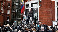 Сооснователь WikiLeaks Джулиан Ассанж на балконе посольства Эквадора в Лондоне. 19 мая 2017