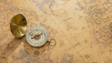 Старинная карта и компас. Архивное фото