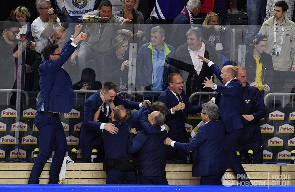 Тренерский штаб сборной Швеции радуется победе в финальном матче чемпионата мира по хоккею 2017 между сборными командами Канады и Швеции