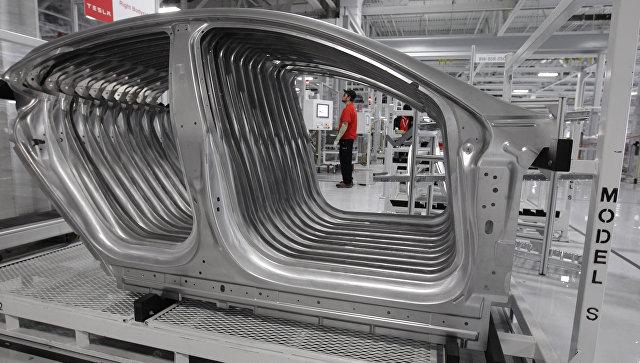 Рабочий на заводе Tesla в Фремонте, Калифорния