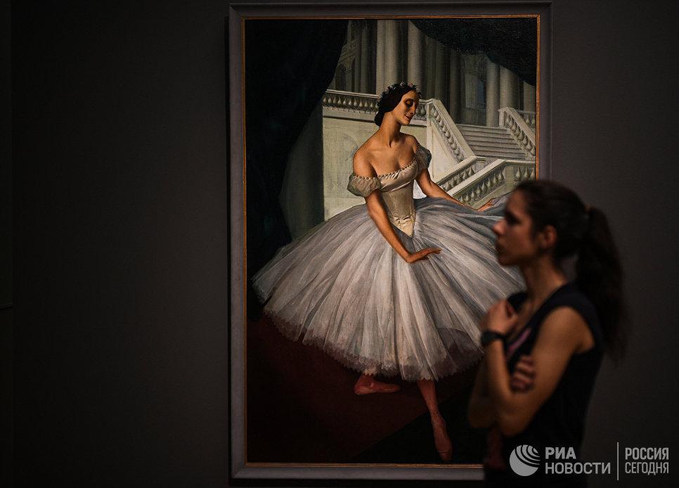 Посетительница на выставке Искусство двадцатого века во время международной акции Ночь музеев в Третьяковской галерее
