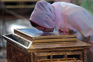 Женщина поклоняется ковчегу с мощами святителя Николая Чудотворца в храме Христа Спасителя в Москве