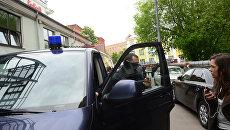 Сотрудник правоохранительных органов у здания Гоголь-центра, где проходят обыски