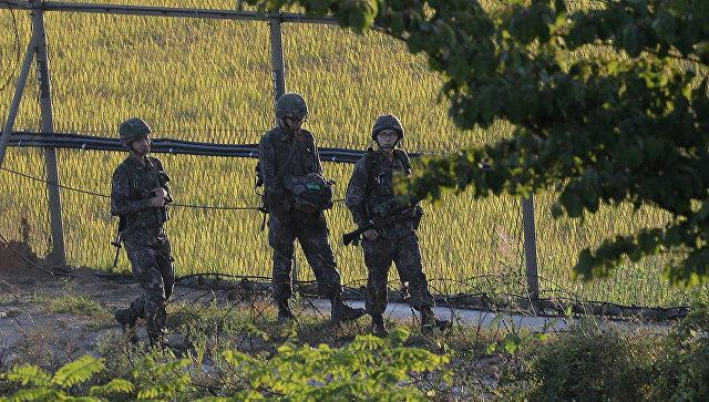 Южнокорейские солдаты патрулируют границу между Южной и Северной Кореей 7 октября 2014