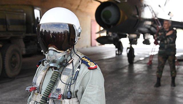 Пилот сирийских военно-воздушных сил на аэродроме Шайрат. Архивное фото