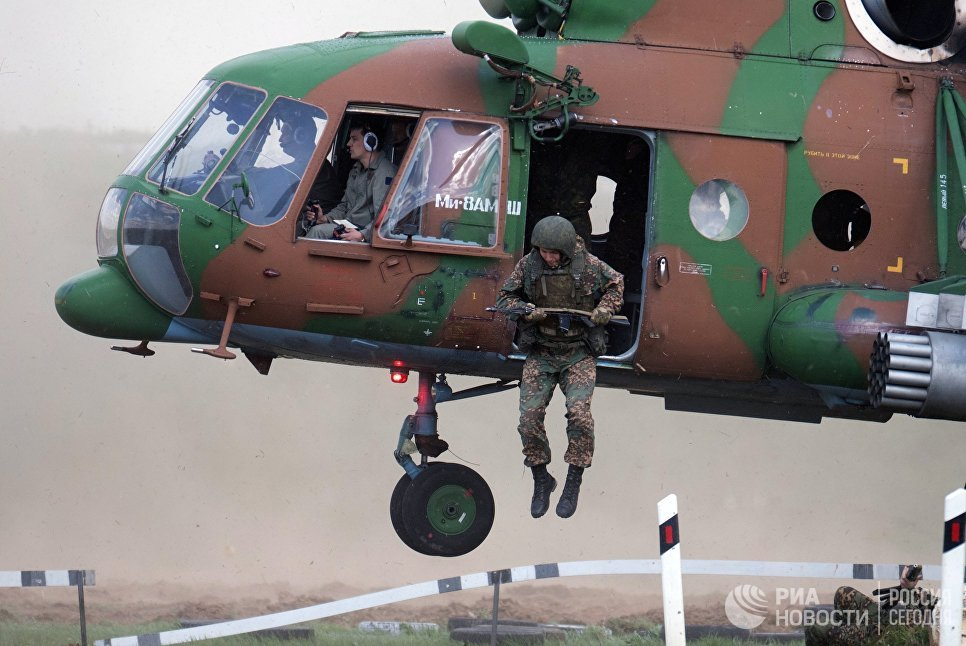 Вертолет Ми-8 на показательных выступлениях спецподразделений правоохранительных органов РФ на открытии выставки День передовых технологий правоохранительных органов РФ в Московской области