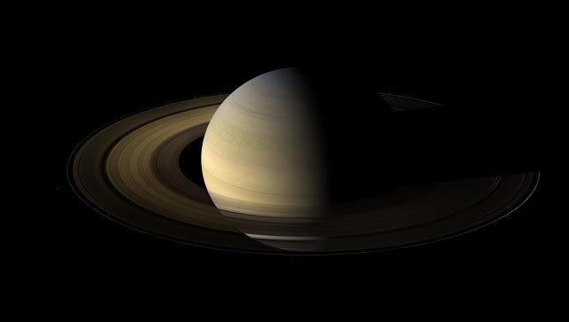 Сатурн, наполовину подсвеченный Солнцем в день солнцестояния. архивное фото