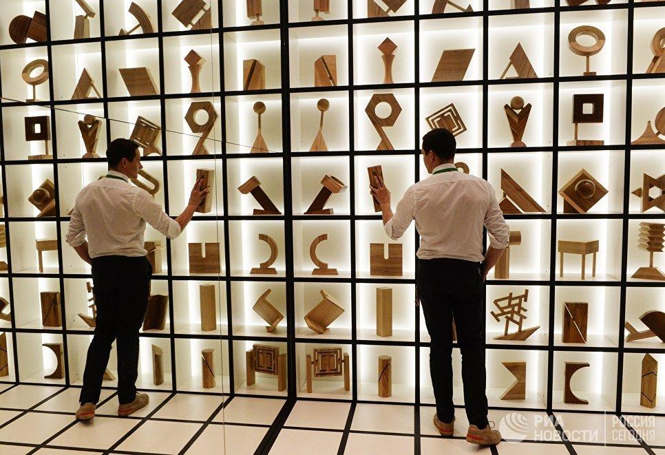 Посетитель на 22-й Международной выставке архитектуры и дизайна АРХ Москва NEXT! в Центральном доме художника в Москве