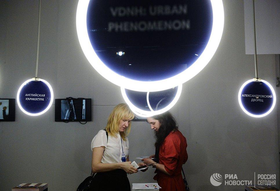 Посетители на 22-й Международной выставке архитектуры и дизайна АРХ Москва NEXT! в Центральном доме художника в Москве