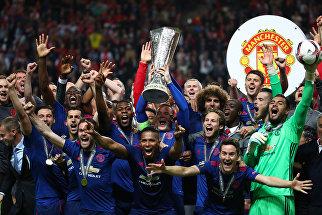Команда Манчестер Юнайтед празднует победу в финале Лиги Европы УЕФА
