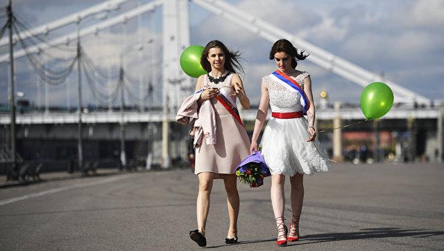 Танцы, шарики и слезы: в городах России прошли последние звонки