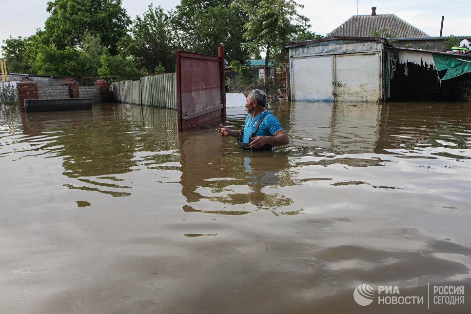 Житель поселка Левокумка Ставропольского края, пострадавшего в результате паводка