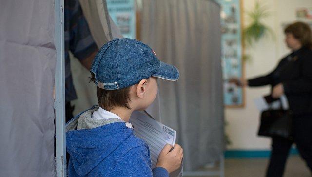 Жители Омска на избирательном участке во время предварительного голосования по отбору кандидатов партии Единая Россия