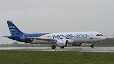 Новый российский пассажирский самолет МС-21 во время взлета на аэродроме Иркутского авиационного завода. 28 мая 2017