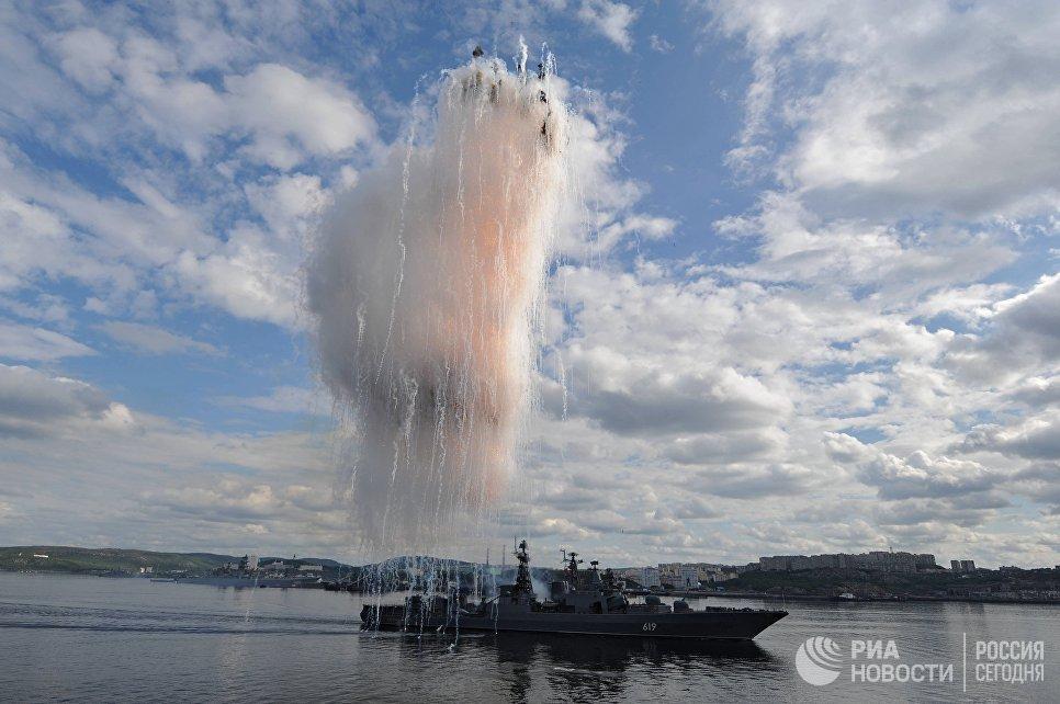 Большой противолодочный корабль Североморск во время праздничного парада в День ВМФ на главной базе Северного флота в Североморске