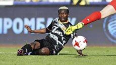 Игрок ФК Арсенал Мусса Думбия в стыковом матче против ФК Енисей