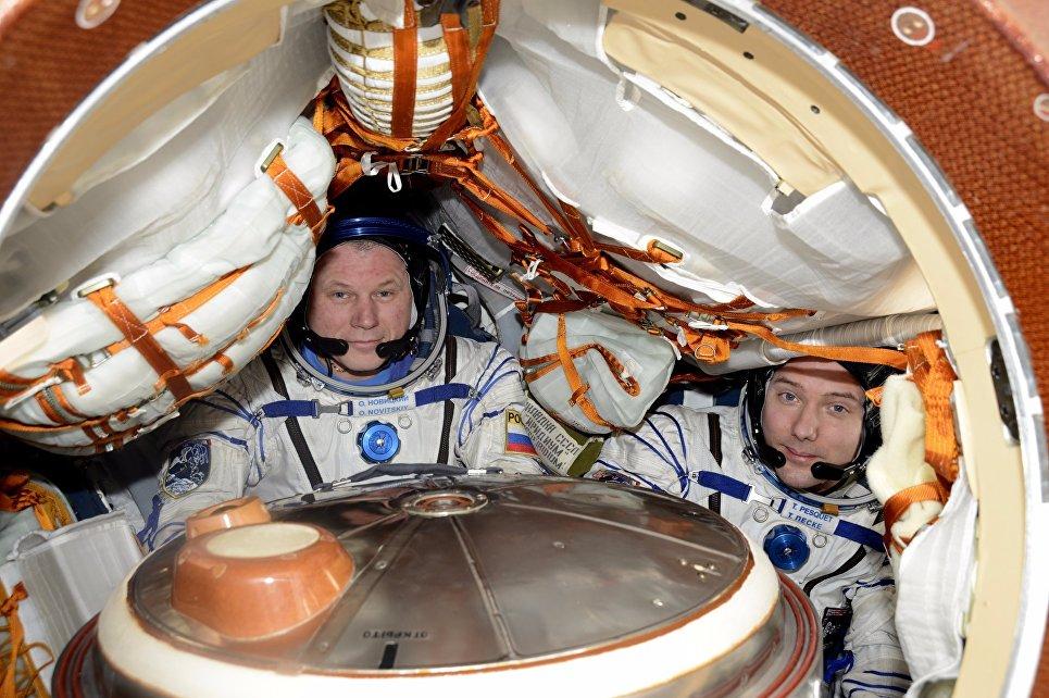 Проверка скафандров и корабля перед возвращением на Землю космонавта Олега Новицкого и Тома Песке