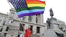 Флаг США, раскрашенный в цвета радуги. Архивное фото