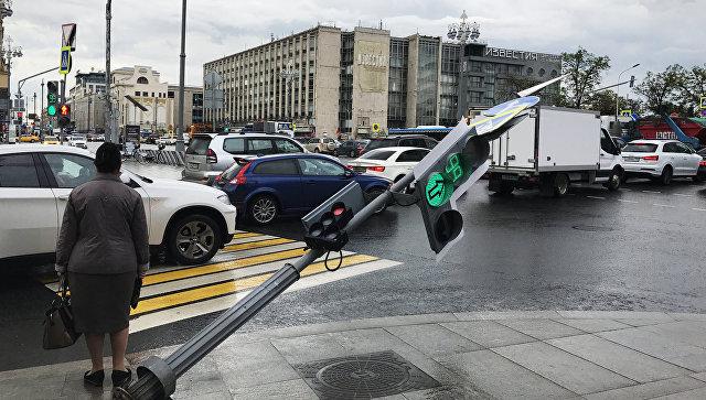 Светофор, поврежденный в результате урагана, в районе Тверской улицы в Москве