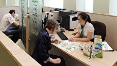 Клиент в кредитном отделе офиса Сбербанка