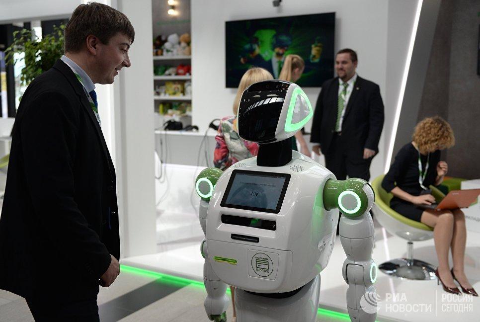 Робот Кибернетик рассказывает участнику форума о правилах кибербезопасности в рамках Санкт-Петербургского международного экономического форума 2017