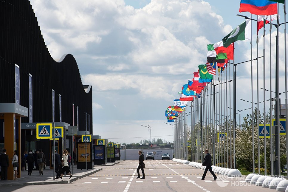 Флаги стран-участниц Санкт-Петербургского международного экономического форума 2017 у выставочного комплекса Ленэкспо