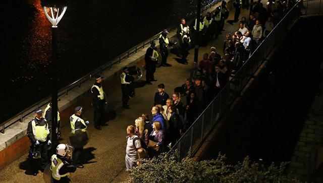 Полиция выводит людей с места нападения на Лондонском мосту