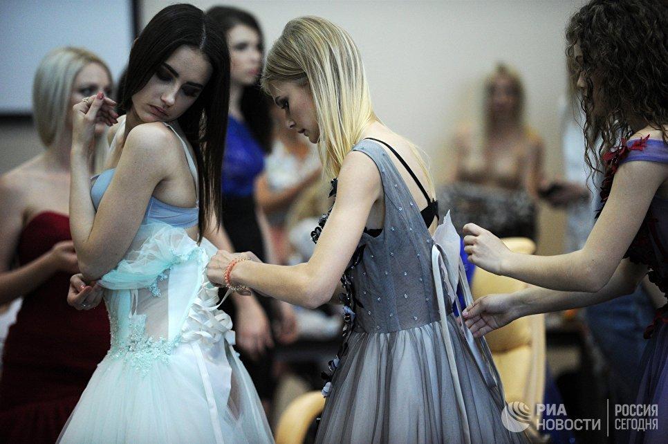 Модели в гримерной перед началом показа коллекции одежды в рамках Крымской недели моды Crimean Fashion Week в Севастополе