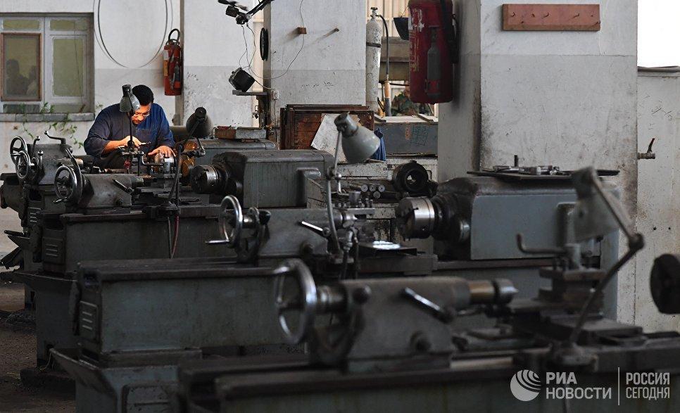Рабочий в одном из цехов военного завода по изготовлению патронов в пригороде сирийского города Хама