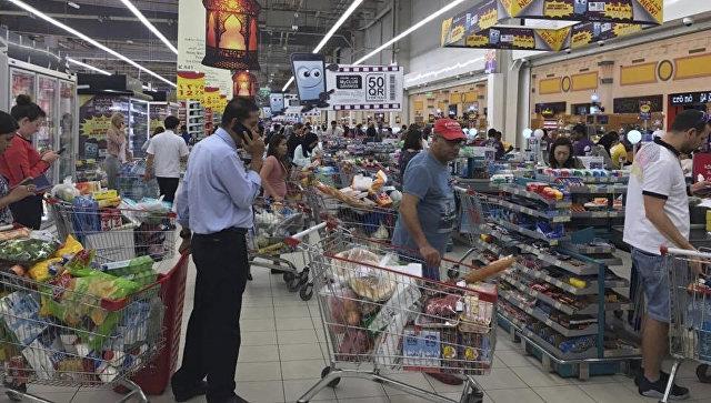 Жители Дохи запасаются продуктами в супермаркете. Архивное фото