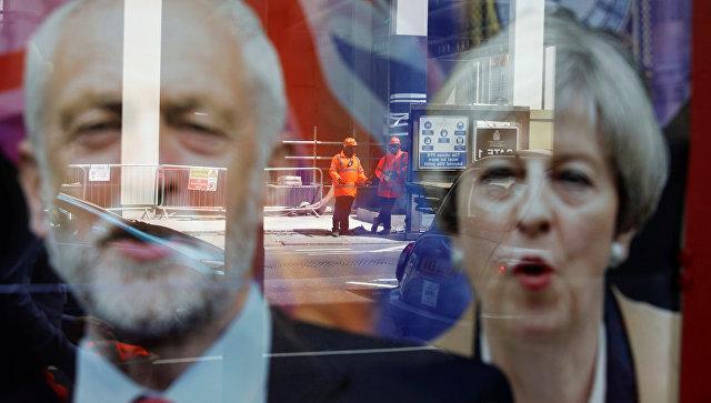 Плакат с изображениями премьер-министра Великобритании Терезы Мэй и лидера оппозиционной лейбористской партии Джереми Корбина в Лондоне. 7 июня 2017