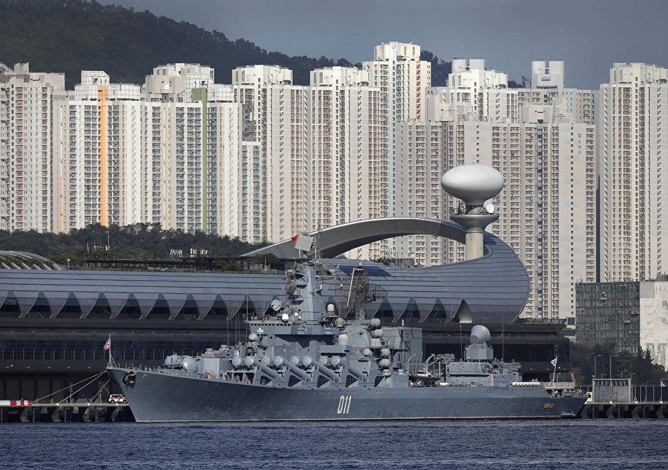 Гвардейский ракетный крейсер Варяг в Гонконге. 5 июня 2017