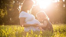 Беременная мама с ребенком. Архивное фото