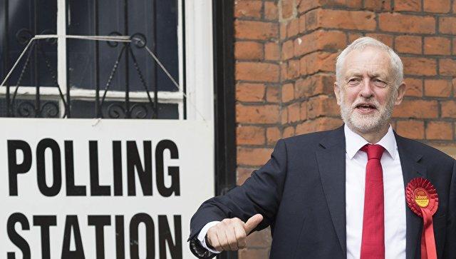 Лидер британских лейбористов впервые опередил Мэй по популярности