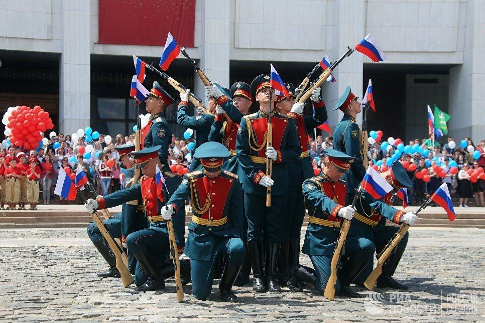 Почетный караул Преображенского полка во время выступления в честь Дня России на Поклонной горе в Москве. 12 июня 2017