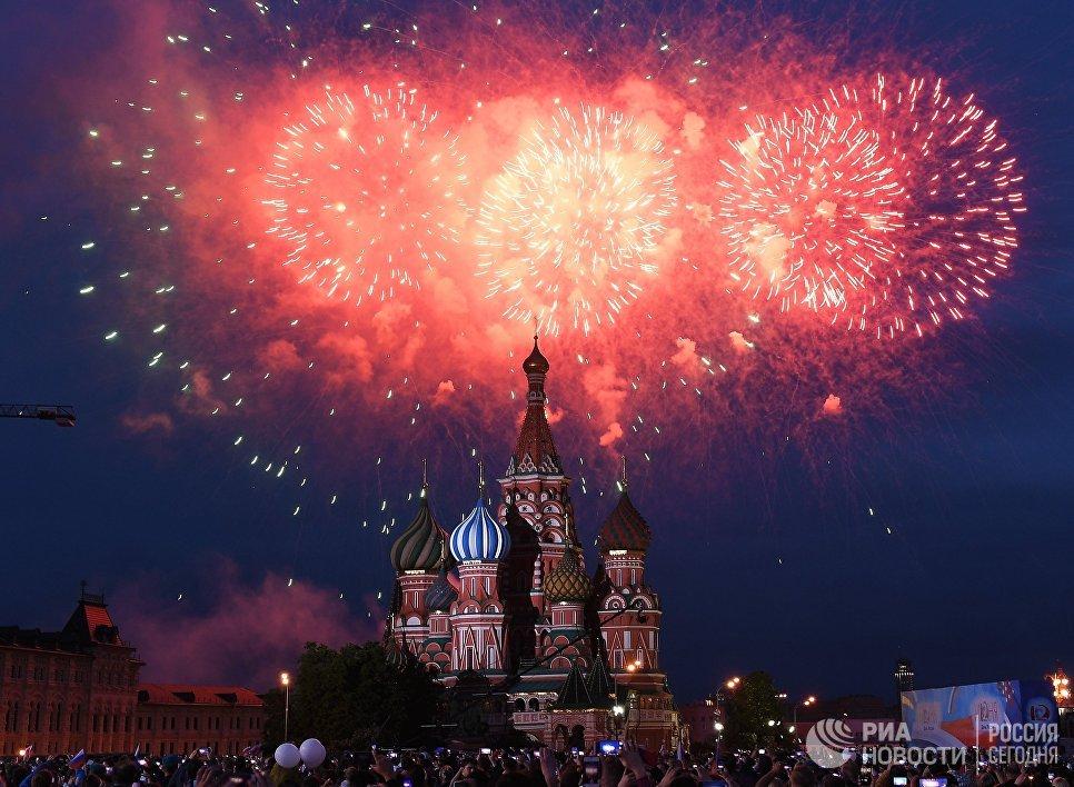 Праздничный салют в День России на Красной площади в Москве