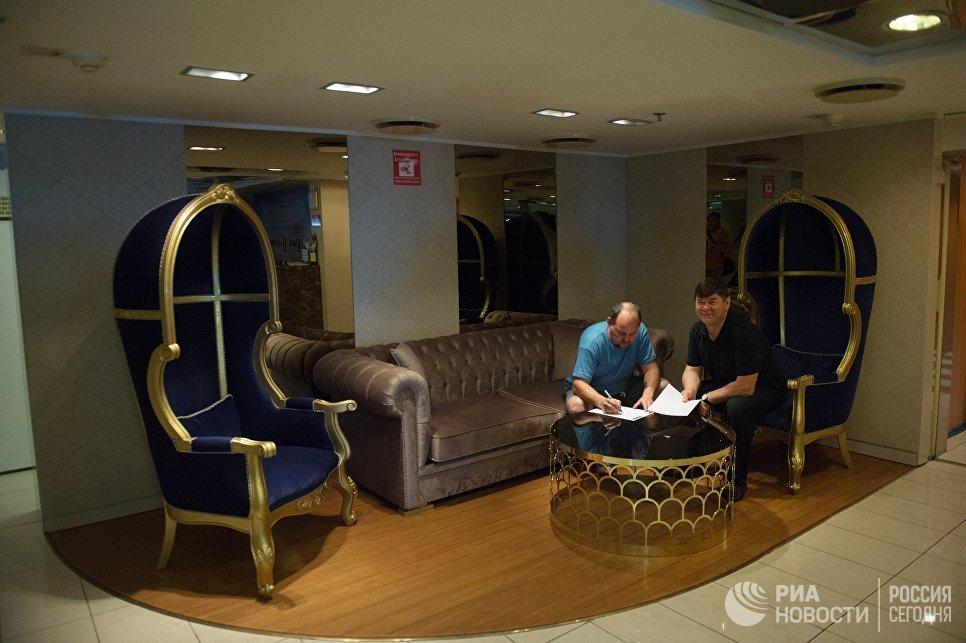 Пассажиры на борту круизного лайнера Князь Владимир