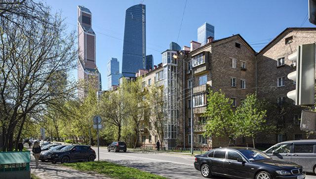Пятиэтажные дома рядом с международным деловым центром Москва-Сити. Архивное фото