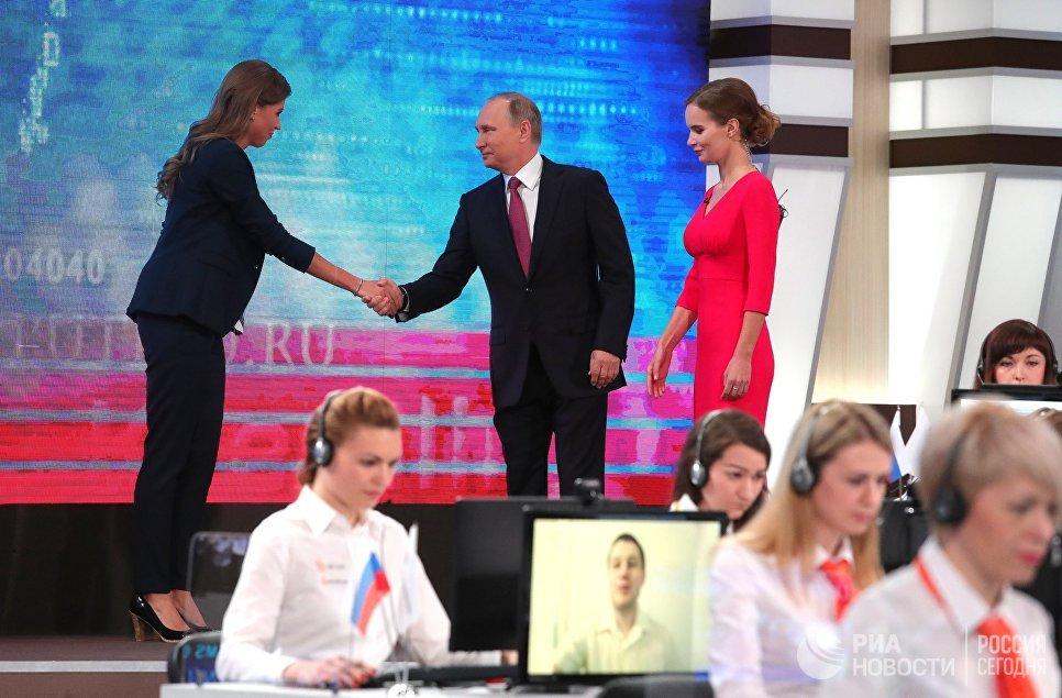 Президент РФ Владимир Путин в основной студии московского Гостиного двора перед началом ежегодной специальной программы Прямая линия с Владимиром Путиным. 15 июня 2017